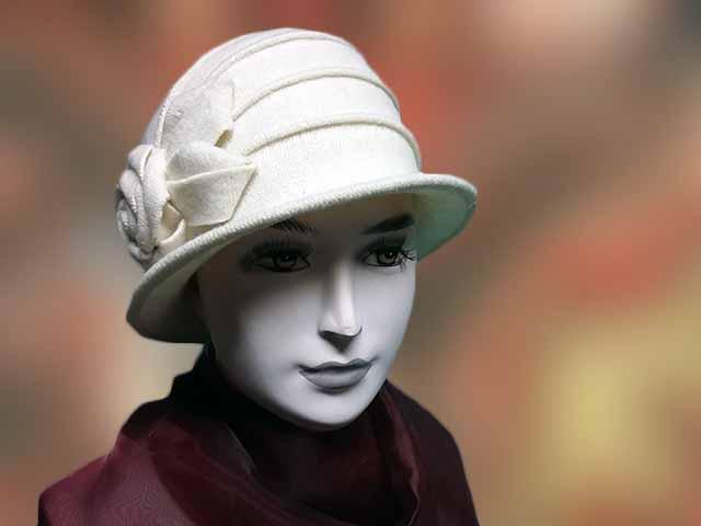 Fehér gyapjú női sapka a fülre is rámegy. Egy rétegű jó meleg télire  ajánlott fd830cbb2a